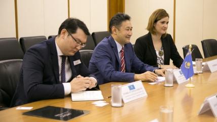 Interpretação consecutiva da audiência entre o Vice-Ministro do MDIC e o Embaixador do Cazaquistão